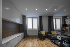 Mieszkanie w bieli z kontrastującymi meblami