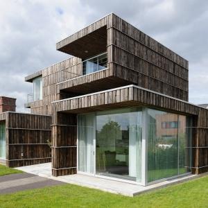 Łazienka znajduje się w domu wybudowanym z 70% z materiałów z recyklingu.