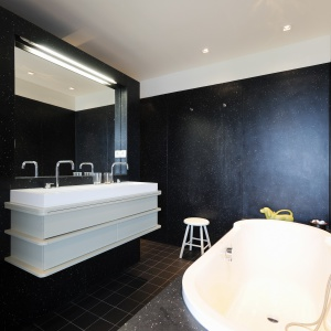Łazienka ma eleganckie wykończenie z tworzywa, które kiedyś było kubkami do kawy.