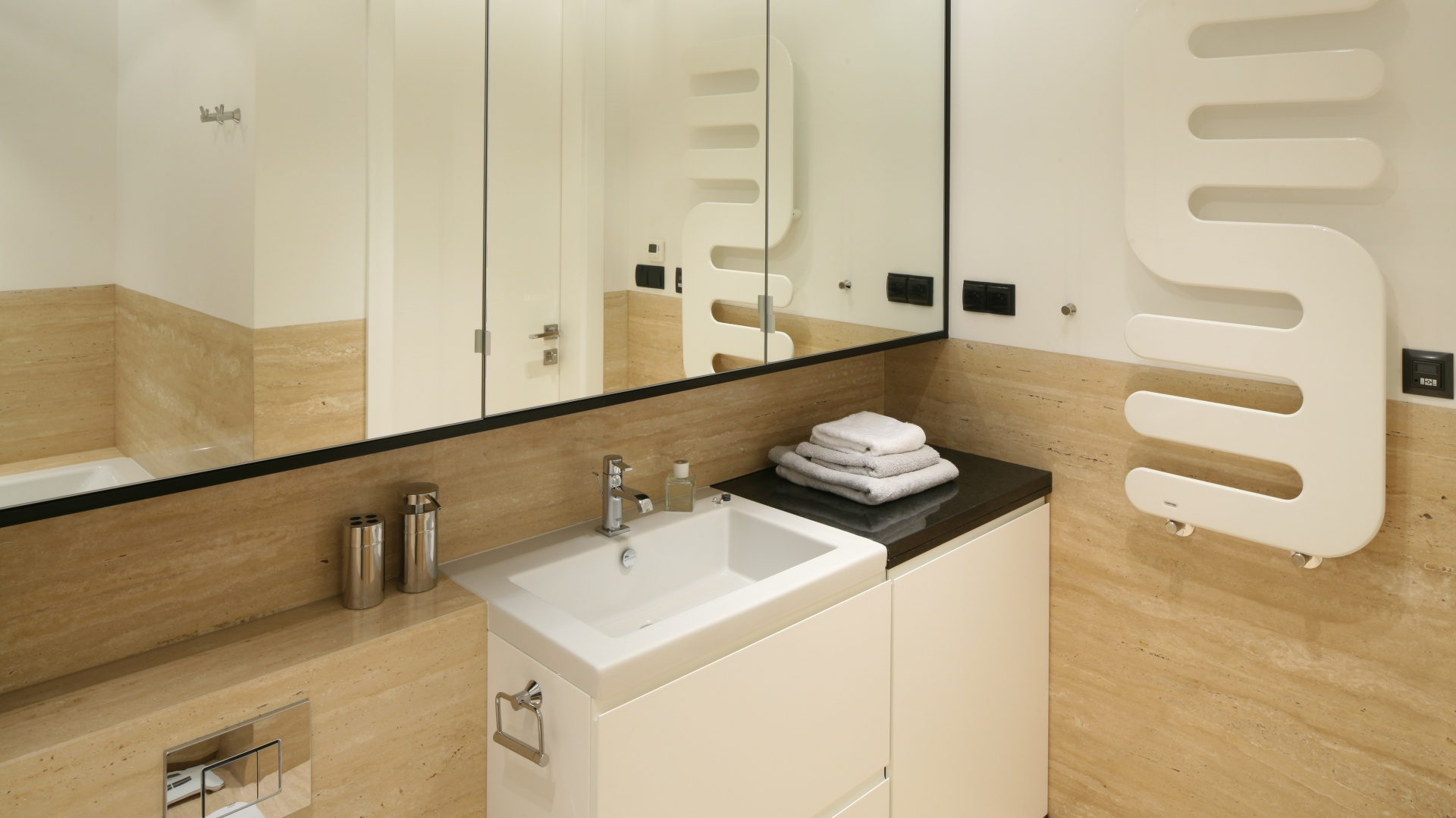 Rodzinna łazienka z pomysłowymi meblami do sufitu na zamówienie. Powierzchnia: ok. 8 m². Projekt: Anna Maria Sokołowska. Fot. Bartosz Jarosz.