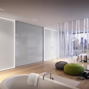 Łazienka w sypialni: drzwi przesuwne z włączonym oświetleniem LED.