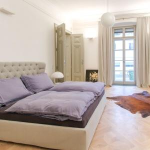 W sypialni główną rolę pełni łóżko. W tym przypadku równie istotna jest... podłoga, na której stoi ten mebel. W wiedeńskim pałacu zamontowano dębowe kasetony Etoille w kolorze Naturalnym białym. Fot. Chapel Parket.