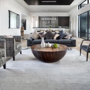 We wnętrzu dominują eleganckie stonowane barwy ziemi, a nowoczesność przeplata się z naturalnymi i klasycznymi akcentami. Projekt: Clark | Richardson Architects. Fot. Paul Finkel.