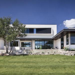 Dom ma nowoczesną bryłę z dużymi, panoramicznymi przeszkleniami. Został zbudowany w duchu pasywnej architektury. Projekt: Clark | Richardson Architects. Fot. Paul Finkel.
