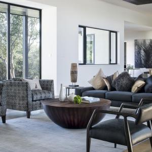 Bardzo interesującym akcentem aranżacyjnym jest oryginalny stolik kawowy. Projekt: Clark | Richardson Architects. Fot. Paul Finkel.