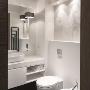 Otwarte półki pod blatem umywalkowym są przeznaczone na zapasowe ręczniki. Fot. Bartosz Jarosz.
