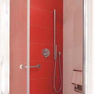 Ciekawym akcentem kolorystycznym w kabinie jest czerwona ściana. Fot. Bartosz Jarosz.