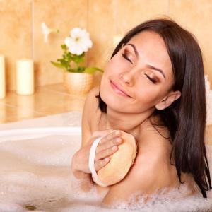 Pachnące, naturalne olejki to prosty sposób na relaks. Fot. Shutterstock.