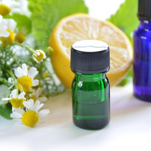 Zapach olejku cytrynowego odświeża i działa lekko stymulująco. Fot. Shutterstock.