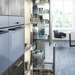 Ciekawą metodą stosowaną przez producentów przy konstrukcji szuflad jest zastąpienie tradycyjnego relingu szkłem lub metalem. Fot. Leicht.