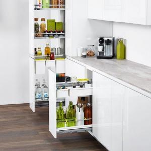 Carga całkowicie zrewolucjonizowały przechowywanie w kuchniach. Za jednych dotknięciem możemy wysunąć zawartość całej szafki. Fot. Peka.