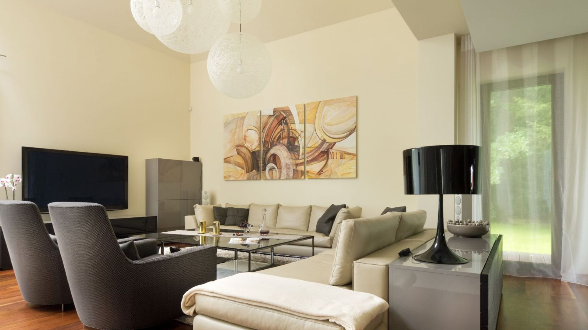 W przestronnym wnętrzu część salonowa została znacznie podwyższona. Ubrane w jasne stonowane kolory sprzyja relaksacji i wypoczynkowi. Projekt: Tomasz Tubisz. Fot. Przemysław Andruk.