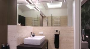 Kamienne płytki to droższe rozwiązanie niż ceramiczne. Jednak tak wykończona łazienka prezentuje się niezwykle elegancko. Poza tym kamień to materiał naturalny i niepowtarzalny.