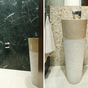 Mała łazienka wykończona marmurem. Projekt: Kinga Śliwa. Fot. Bartosz Jarosz.