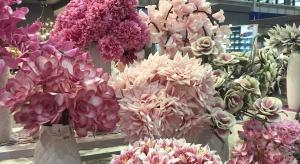 """Pierwszy dzień targów """"Meble Polska 2016"""" upłynął pod znakiem... kwiatów. Były niemal wszędzie - zdobiły stoiska, rozdawano je kobietom z okazji ich święta - 8 marca. Ale pod tą romantyczną przykrywką ukrywały się typowo biznesow"""