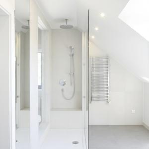 Kabina prysznicowa jest wyposażona w deszczownicę i wygodne siedzisko. Od sypialni oddziela ja tylko szkło. Fot. Bartosz Jarosz.
