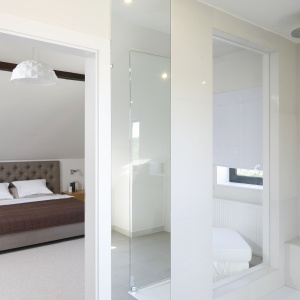 Do łazienki wchodzi się bezpośrednio z sypialni państwa domu. Fot. Bartosz Jarosz.