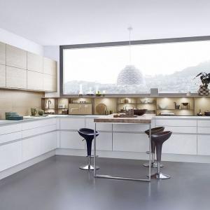 Dolną zabudowę w białym kolorze wieńczy blat wykonany ze szkła, dodając całej kuchni lekkości. Fot. Leicht, meble Concrete C.
