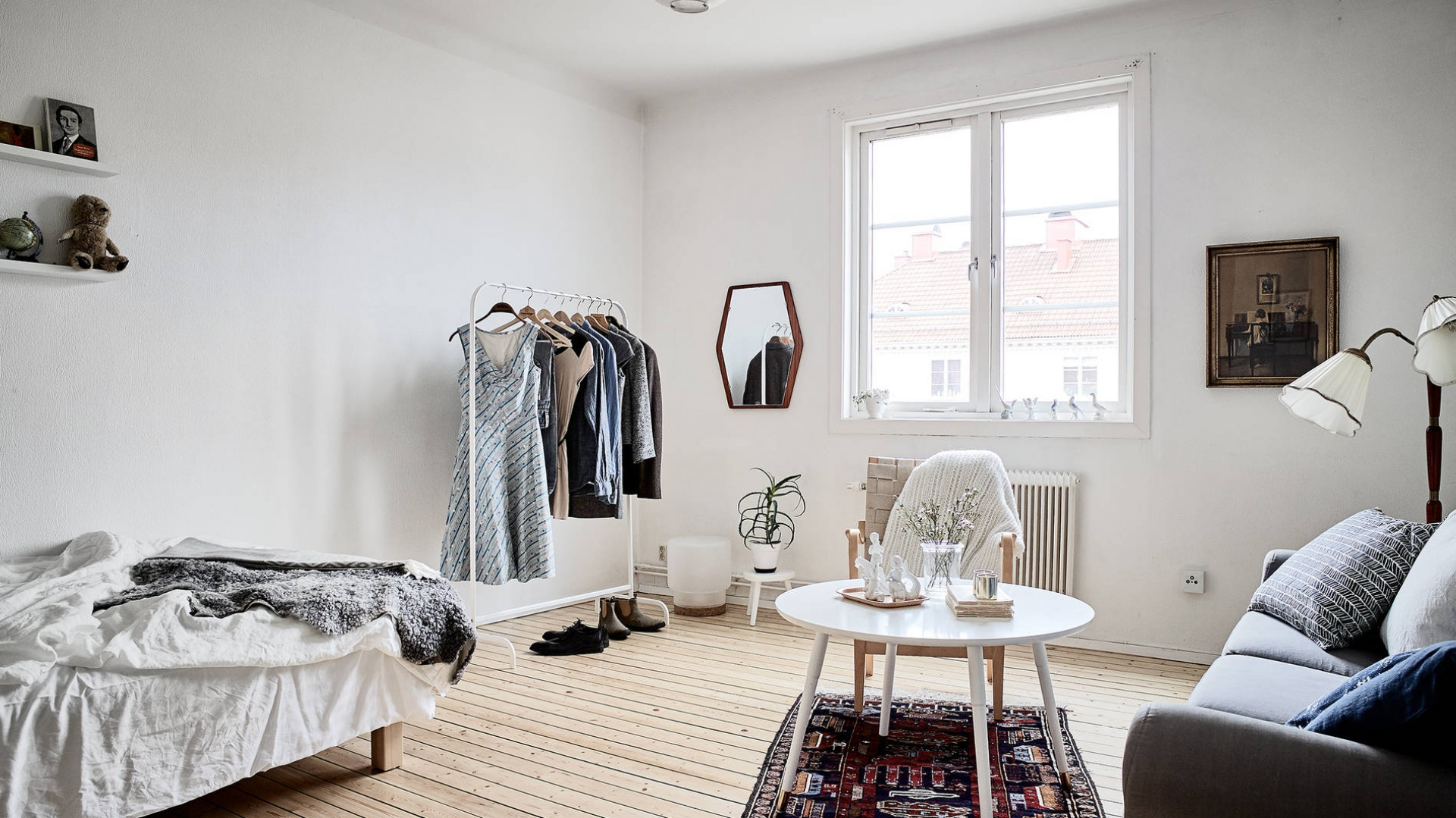 W kąciku pomieszczenia urządzono niewielką garderobę. Fot. Janne Olander/Stadshem.se.