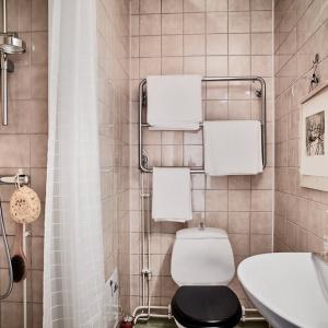 Łazienkę urządzono w kolorach sepii. Fot. Janne Olander/Stadshem.se.