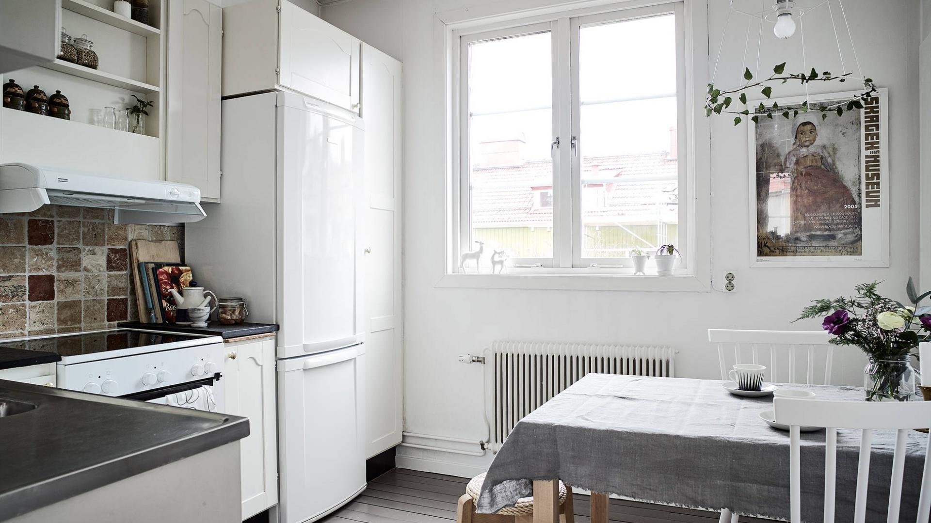 Białą lodówkę zabudowano pojemną zabudową. Fot. Janne Olander/Stadshem.se.
