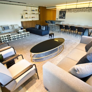 Naturalne drewno we wnętrzu, czerń oraz jasne szarości nadają apartamentowi klimat klasycznej elegancji. Projekt: Ronald Helou Design. Fot. Rudy Bouchebel.