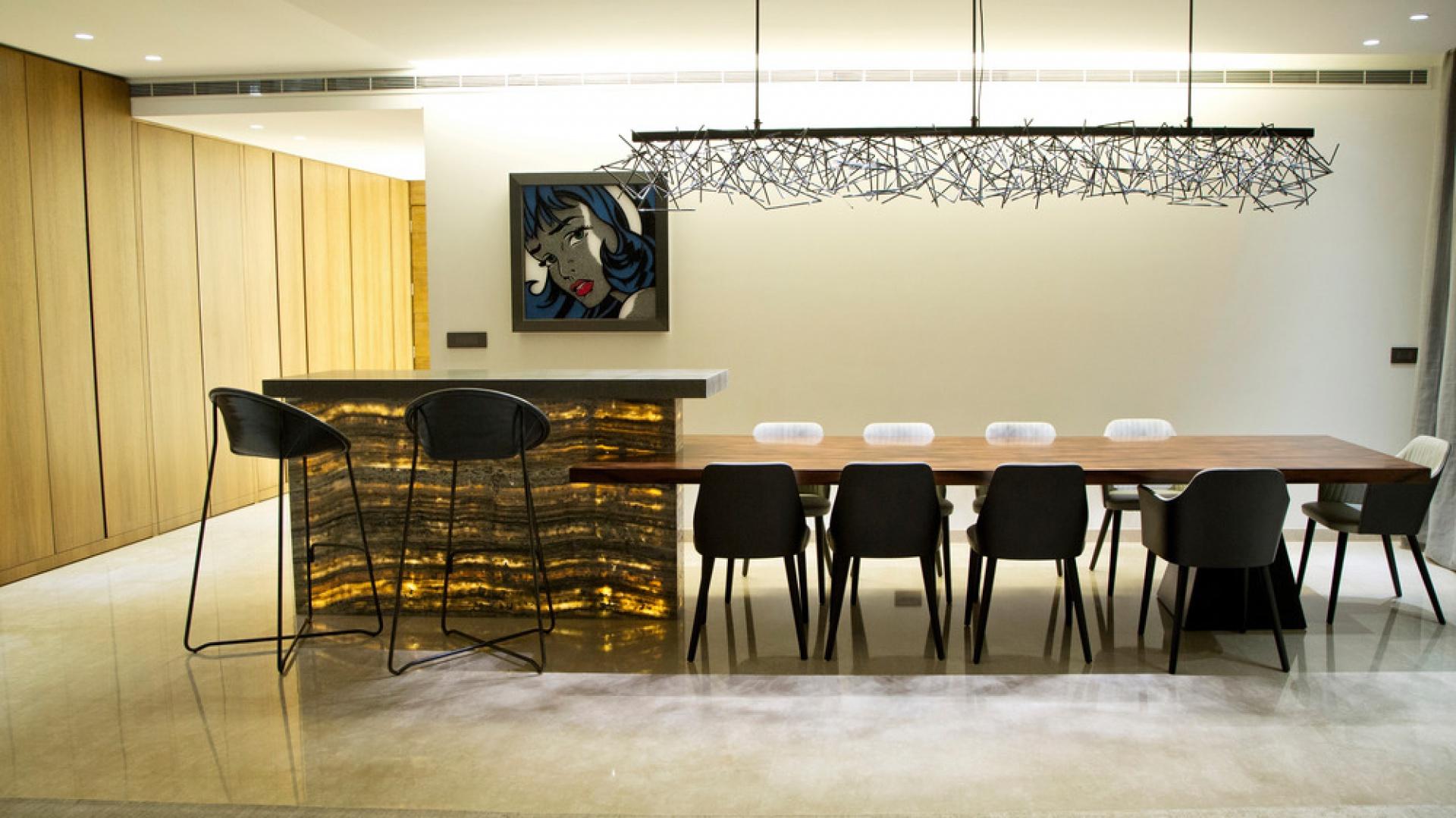 Wzdłuż ściany prowadzącej z holu do salonu poprowadzono wysoką zabudowę, która skrywa schowki i drzwi do pozostałych pomieszczeń mieszkania. Projekt: Ronald Helou Design. Fot. Rudy Bouchebel.