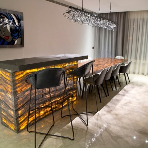 Korpus wyspy można podświetlić w niezwykle efektowny sposób. Projekt: Ronald Helou Design. Fot. Rudy Bouchebel.