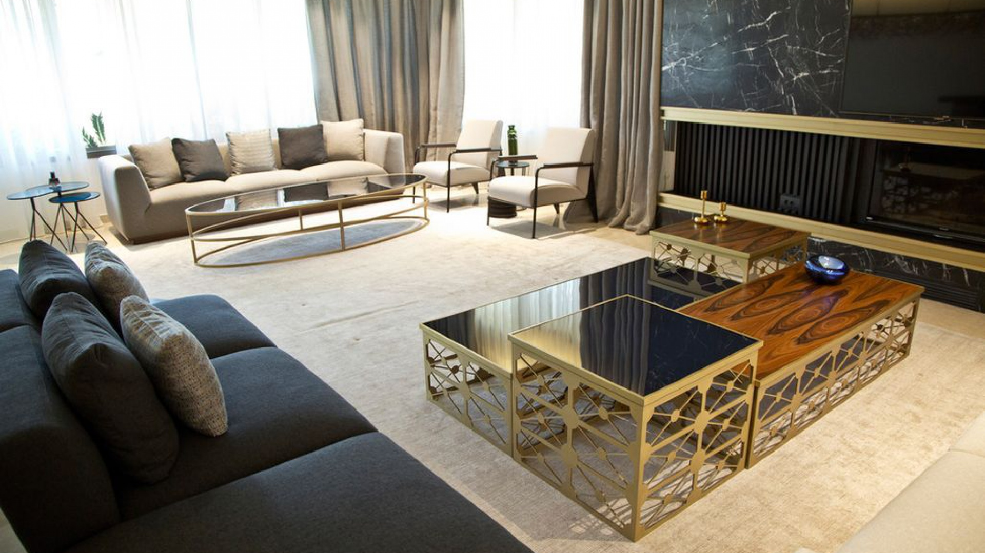 W salonie wzrok przyciąga piękny czarny marmur na ścianie, z którym efektownie kontrastują metalowe elementy wykonane z mosiądzu. Projekt: Ronald Helou Design. Fot. Rudy Bouchebel.