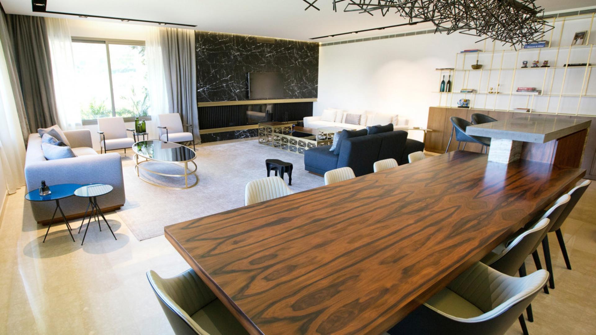 Zestawienie ze sobą naturalnych materiałów, jak drewno palisandrowe i czarny marmur nadaje wnętrzu szlachetny wyraz. Projekt: Ronald Helou Design. Fot. Rudy Bouchebel.