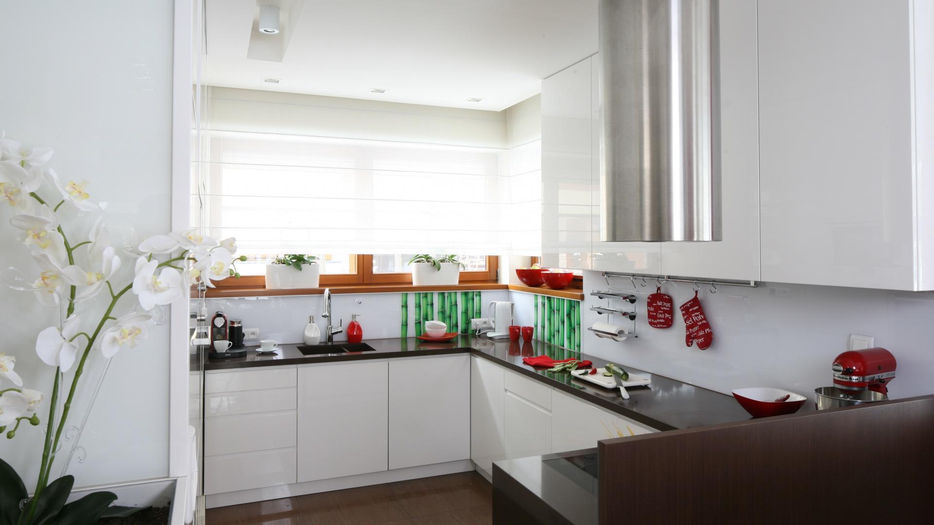 Kuchnia choć otwarta, pozostaje przysłonięta, dzięki czemu można tu swobodnie wykonywać wszelkie prace kuchenne, nawet gdy mamy gości. Projekt: Katarzyna Mikulska-Sękalska. Fot. Bartosz Jarosz.