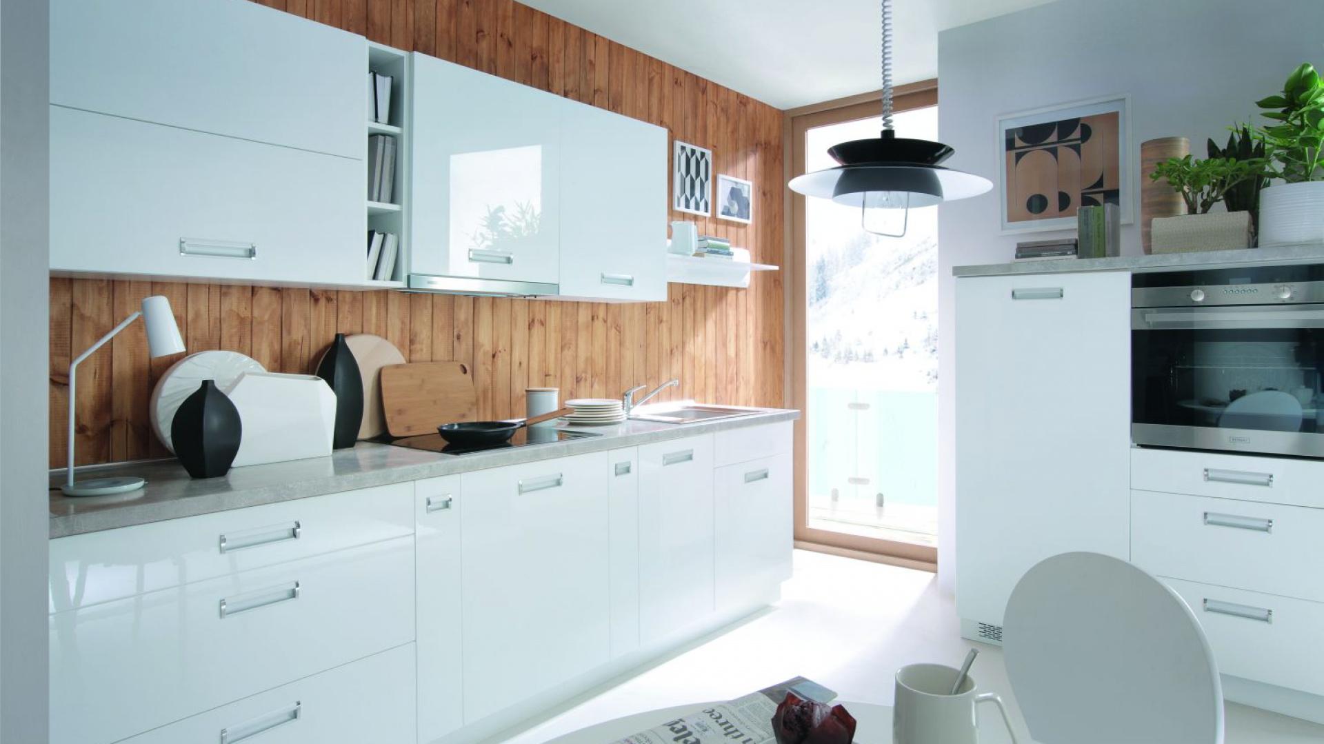 Biała Kuchnia Ocieplona Drewnem Piękne Zdjęcia Od Producentów