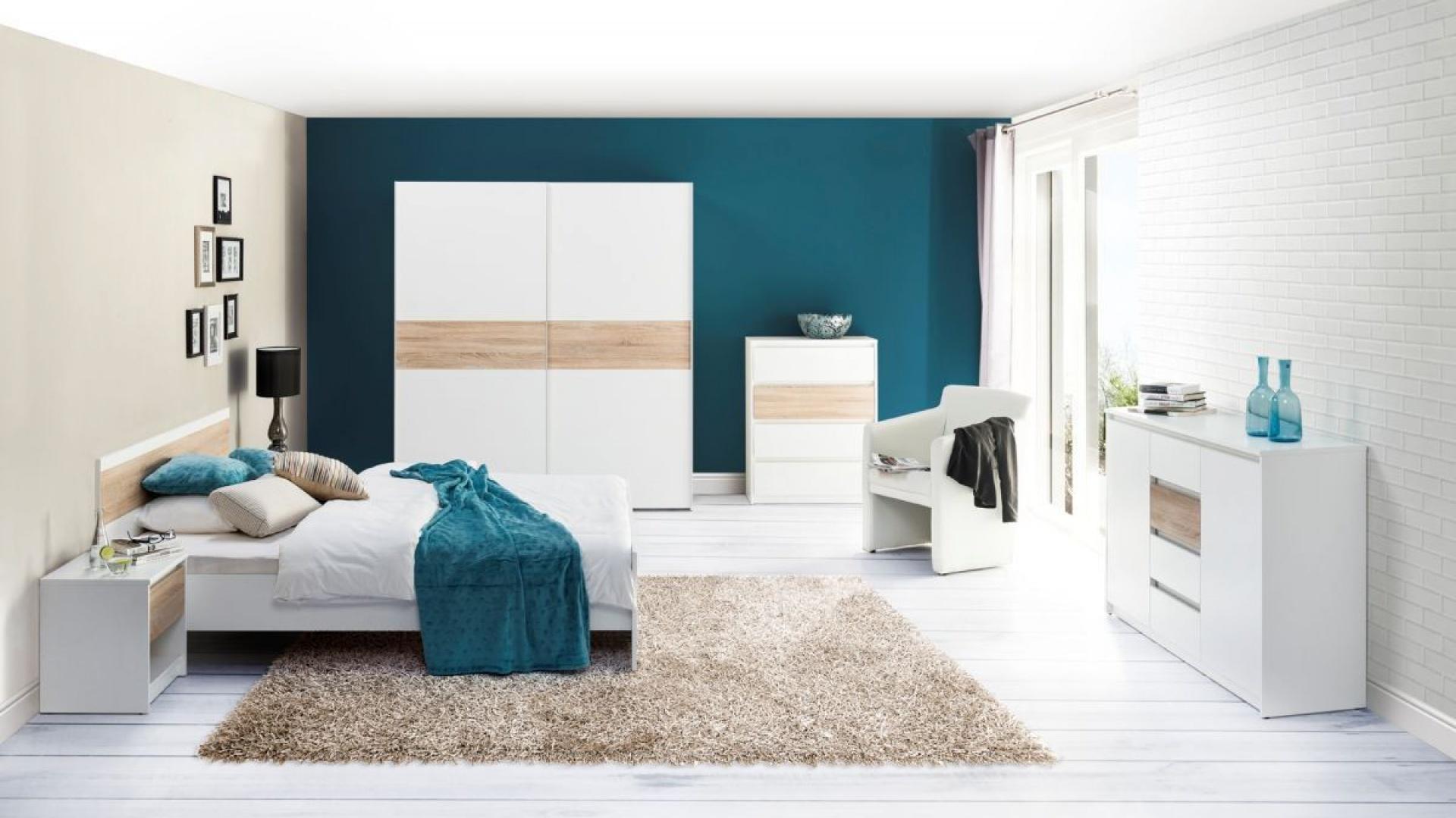 Sypialnia Wenecja marki Szynaka Meble to biel delikatnie ocieplona jasnymi elementami drewna. Fot. Szynaka Meble.