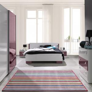 Sypialnia Lux marki Maridex łączy w sobie modną biel i nowoczesne kolory. Na zdjęciu w połączeniu bieli i soczystego fioletu. Fot. Maridex.