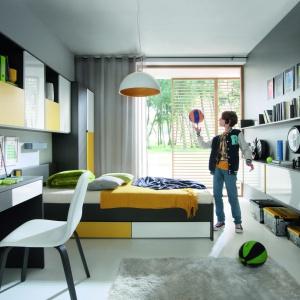 Pokój młodzieżowy powinien iść z duchem czasu, a więc dostosowywać się do współczesnych trendów wyposażenia wnętrz. Na zdjęciu kolekcja Graphic. Fot. Black Red White.