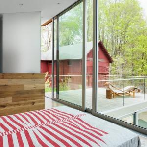 Dom otwiera się na otoczenie za sprawą dużych, panoramicznych przeszkleń. Projekt: Sharon Davis Design. Fot. Elizabeth Felicella