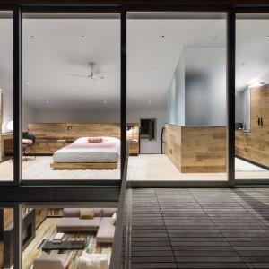 Na piętrze urządzono sypialnię oraz połączoną z nią łazienkę. Projekt: Sharon Davis Design. Fot. Elizabeth Felicella