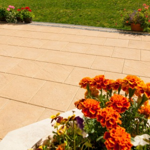Niesłabnącą popularnością cieszą się również ciepłe kolory płyt tarasowych – głównie jasnobeżowe. Taras z płyty tarasowej piaskowiec. Fot. Buszrem.