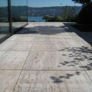 Płyty z betonu architektonicznego o nazwie Socho (w ofercie firmy Buszrem), dzięki zbrojeniu włóknem osiągnęły wyjątkowo duże rozmiary - 100 x 100; 100 x 120 cm przy jedynie 3 cm grubości. Fot. Recli.