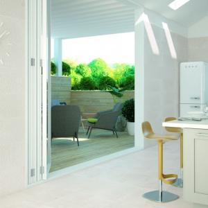 Taras czy balkon jest obecnie naturalnym przedłużeniem salonu, dlatego warto zadbać o spójną aranżację tych przestrzeni. Kolekcja Kebon. Fot. Aparici.