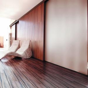 Płytki imitujące drewno są ciągle na topie. Obecnie są popularne w formacie długich, wąskich desek. Kolekcja Drevo. Fot. Ceramstic.