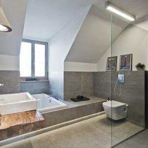 Dominującym w łazience kolorem jest szarość w różnych odcieniach. Projekt: Superpozycja architekci. Fot. Przemek Skóra.