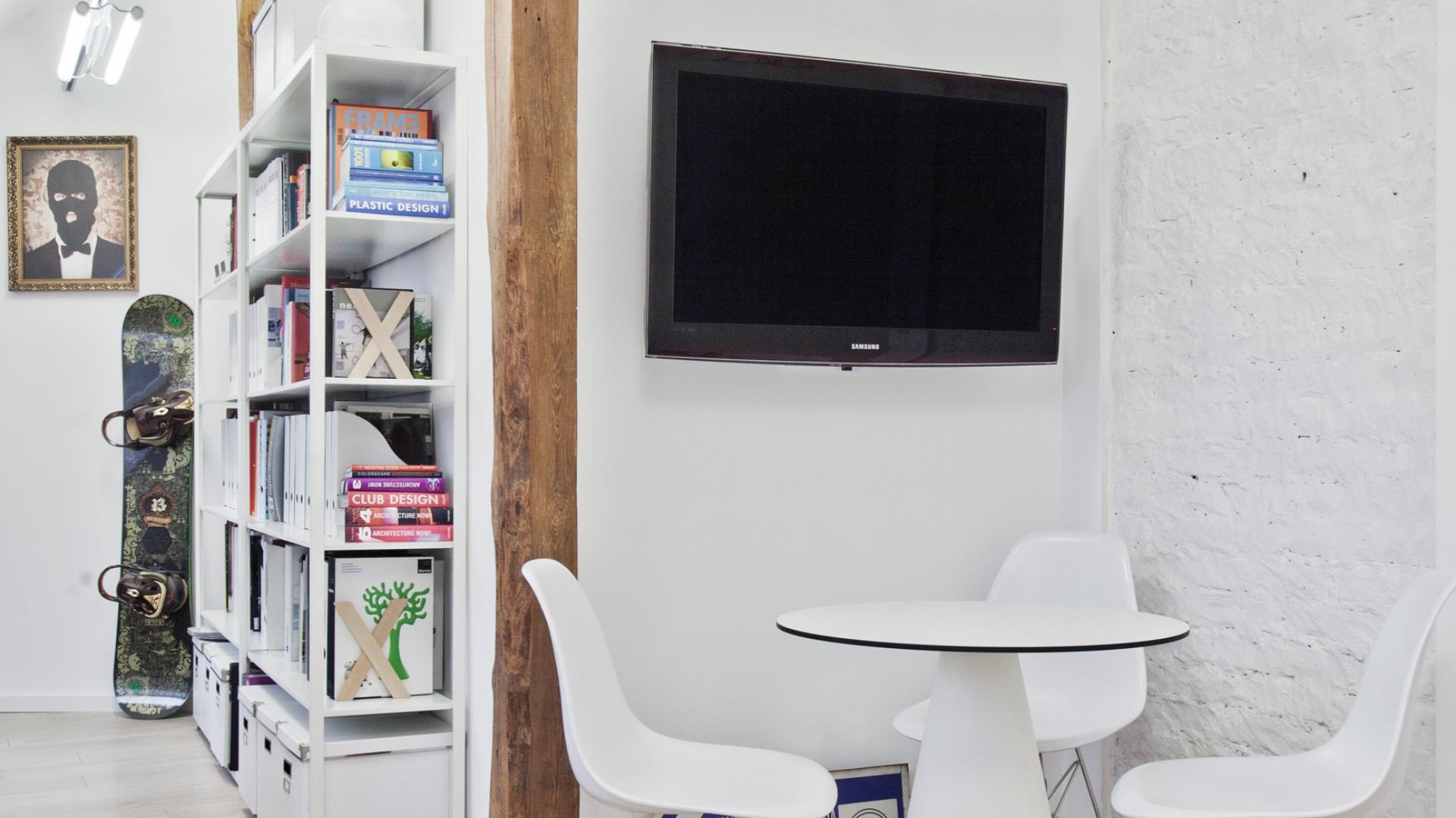 W rogu strefy dziennej urządzono bardzo prywatny kącik TV z niewielkim stolikiem. To wręcz idealne miejsce np. na wieczory przy meczach piłkarskich. Projekt: Superpozycja architekci. Fot. Przemek Skóra.