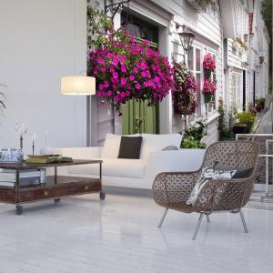 Wąska alejka wśród białych kamienic pozwoli stworzyć romantyczny nastrój w salonie, ale też optycznie powiększy jego przestrzeń. Fot. Living Style.