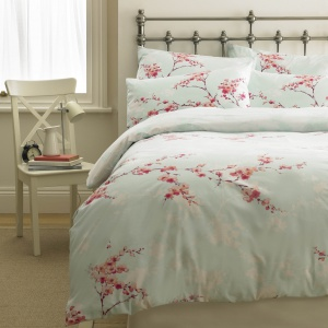 Kwiaty wiśni prezentują się stylowo i doskonale pasują do kobiecych sypialni. To idealny motyw, jeśli w naszym wnętrzu dominują pastelowe kolory. Fot. M&Co.