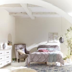 Narzuta w sypialni pozwoli zakryć pościel i jednocześnie uporządkować sypialnię po nocy. Warto dobierać ją do stylistyki i kolorostyki całego wnętrza. Fot. Little Woods Ireland.
