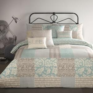 Patchwork to modny motyw sypialniany. Sprawdzi się jako detal na pościeli, ale również w formie narzuty uszytej z kolorowych skrawków materiału. Fot. Housingunits.
