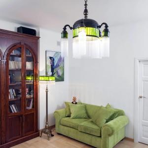 W salonie wzrok przyciąga oryginalny dekoracyjny żyrandol. Projekt: Właściciele. Fot. Bartosz Jarosz.
