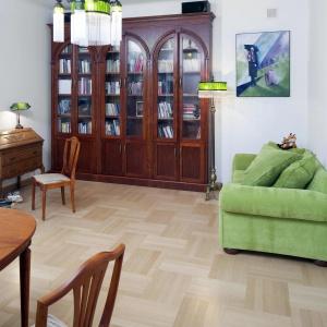 Podłogę w pokoju dziennym wykończono tradycyjnym parkietem. Projekt: Właściciele. Fot. Bartosz Jarosz.