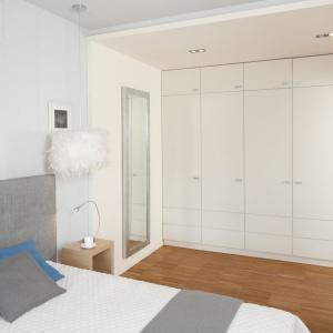 Lustro warto zawiesić na ścianie jeśli mamy w sypialni garderobę. Wówczas jest to niezbędny element. Projekt: Marta Kruk. Fot. Bartosz Jarosz.